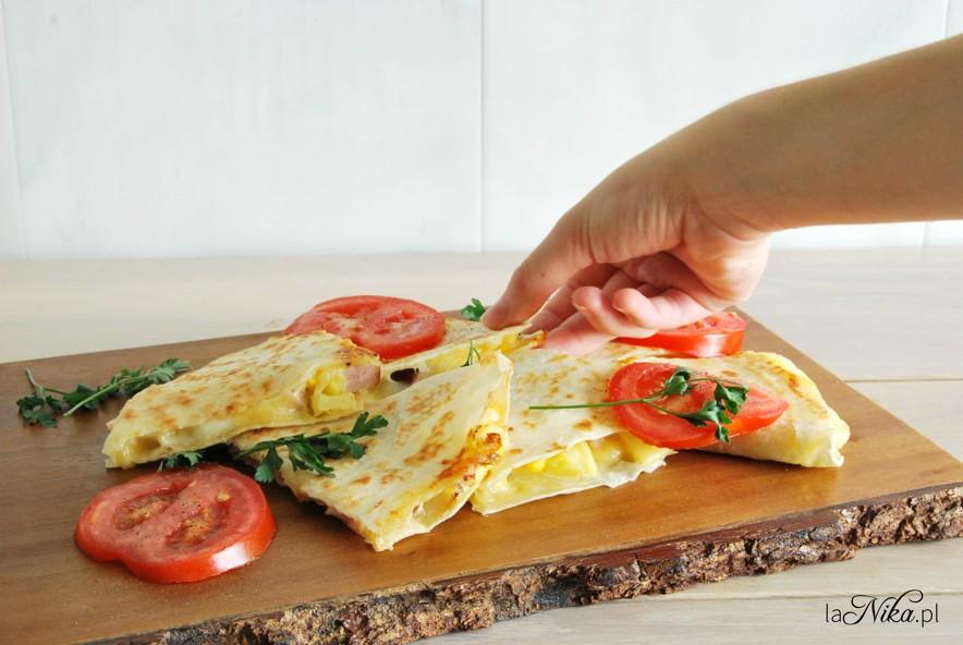 Quesadilla z serem, ananasem, szynką i kukurydzą